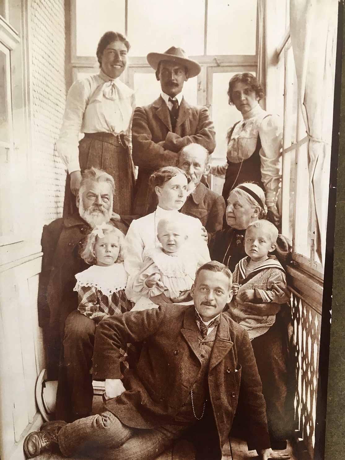 Die Familie auf der Treppe des Hotels