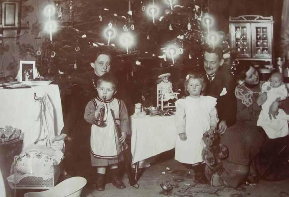 Die Familie mit Geschenken unterm dem Weihnachtsbaum