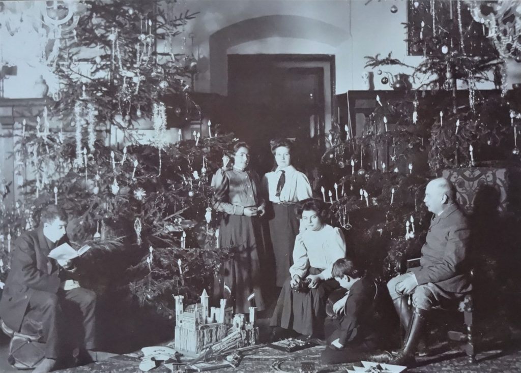 Foto Familie Fromm mit zwei großen Weihnachtsbäumen